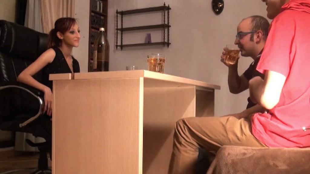 Follando a traición a Jordana. La única forma de que Julio fornicara con ella ha sido haciéndola beber