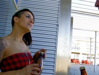 Conocemos a una fiestera madrile�a y se deja petar el culo por una cerveza :D