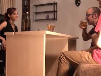 Follando a traici�n a Jordana. La �nica forma de que Julio fornicara con ella ha sido haci�ndola beber