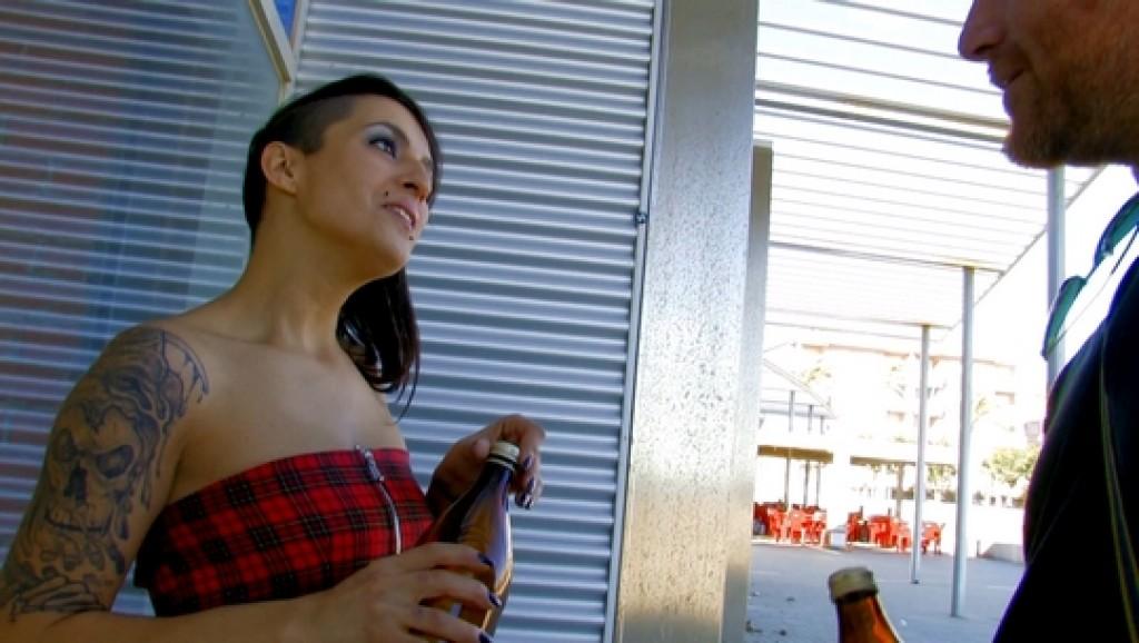 Conocemos a una fiestera madrileña y se deja petar el culo por una cerveza <img src=