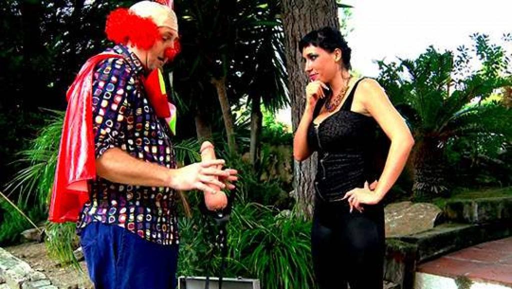 Suhaila Hard se monta una fiesta muy depravada y extrema con el payaso Pitiklin