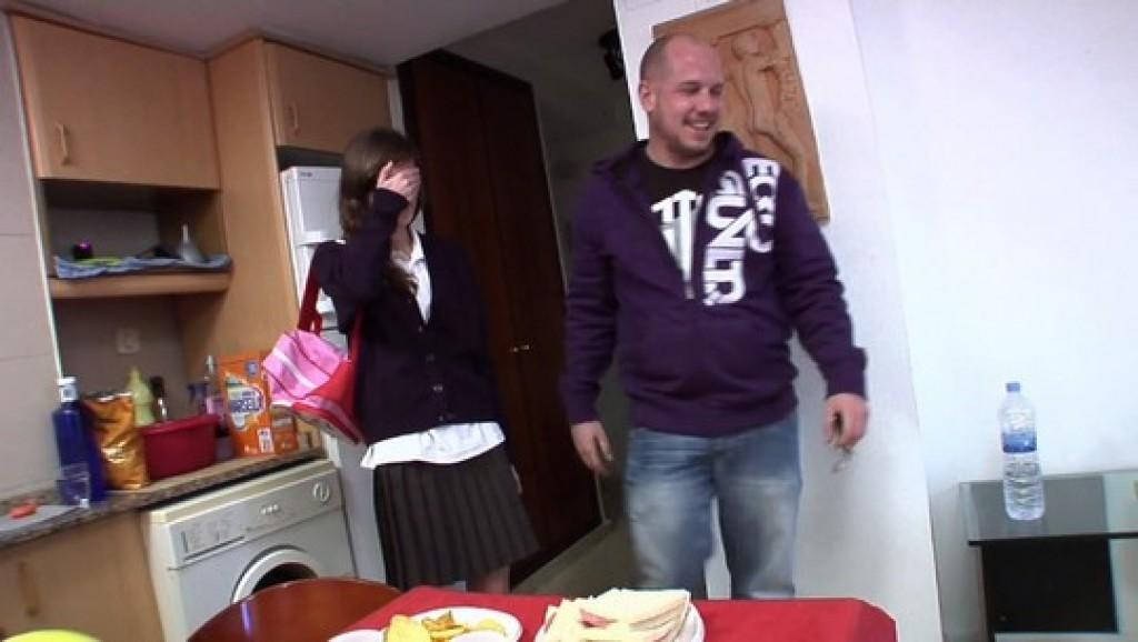 Mi fiesta sorpresa, la primera vez que me como tres pollas y mi tía Marisa se une a la fiesta.