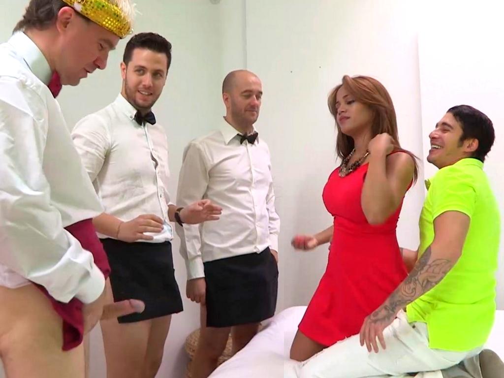 Una chica espectacular en una cita a ciegas SE FOLLA A TODOS los asistentes. Sasha CALENTÓN PURO.