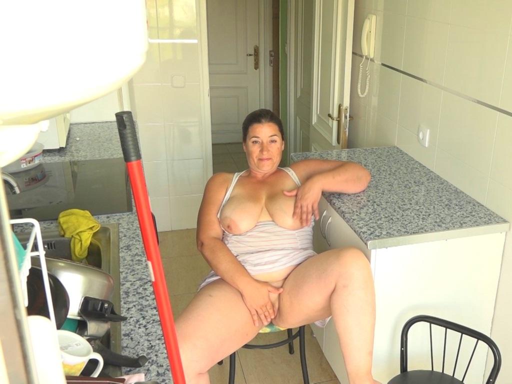 Image Aquí VUESTRA MAMI CACHONDA (dándole teta al vecinito yougurín). Soy Mayra y me follo al hijo de mis vecinos ;)