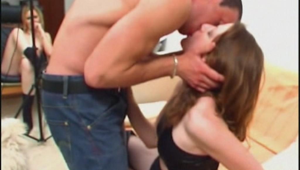 El video casero del casting porno de Emy con su amiga mirando acabó en una nueva lección de sodomía