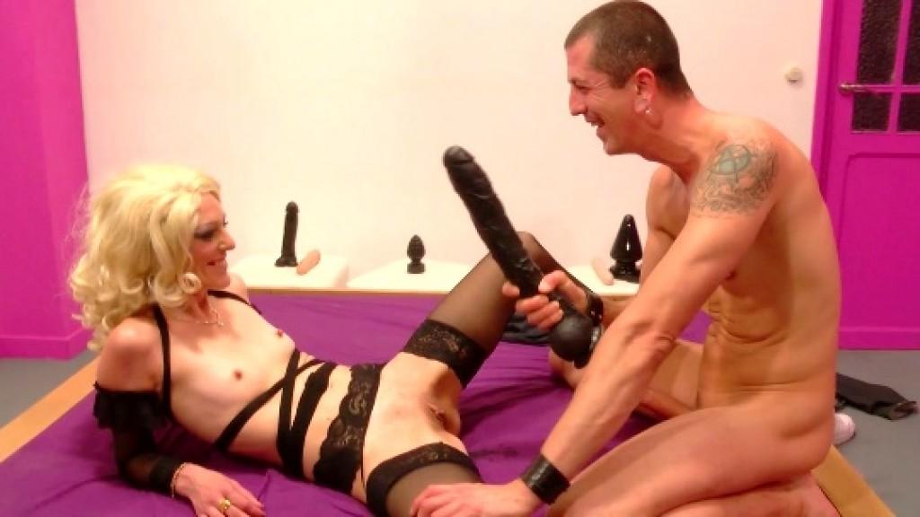 Carla descubre el sexo duro: dilataciones; fisting; inicios de BDSM. Hemos decubierto una buena zorra ;)