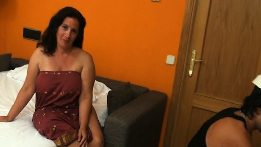 Las fantasías de Sandra: una ama de casa que moja bragas con los albañiles