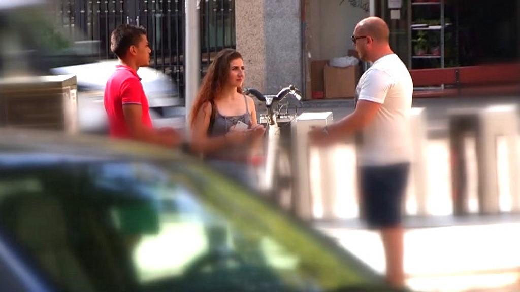 18 añitos; modelo y muy dispuesta es cazada a pie de calle. ¿Quieres salir en el videoclip del famoso Ricky Machine?