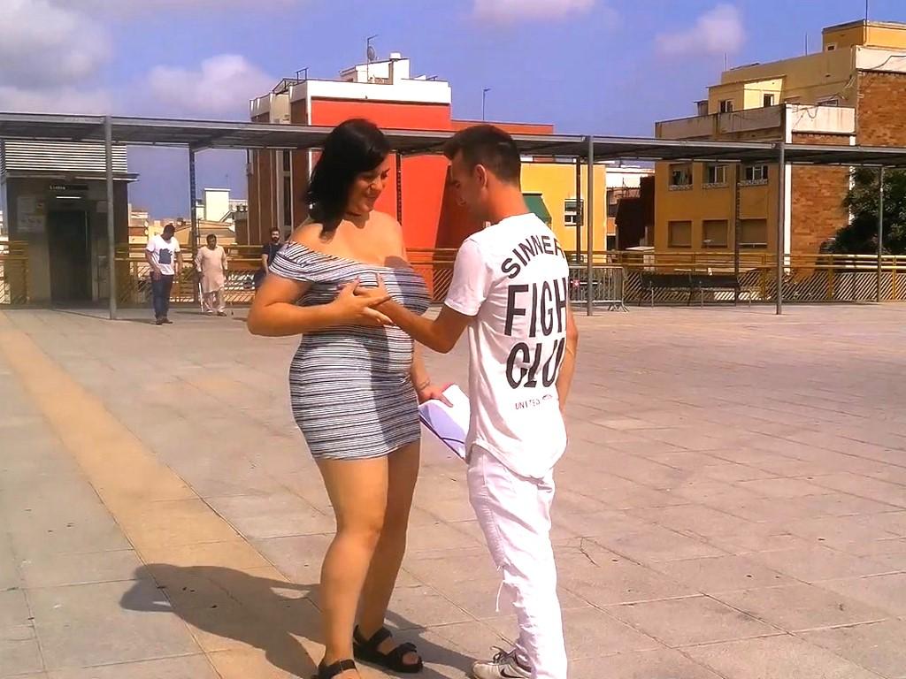 Oda a la mujer con curvas. Nataly sale a la calle para calzarse a un pichon y poner cachondo a medio Barcelona