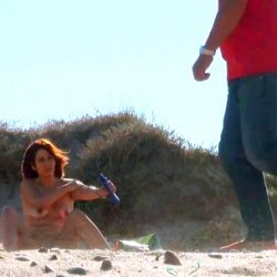 Masturbándome en una playa nudista, mirones pajeándose... vaya calentón!
