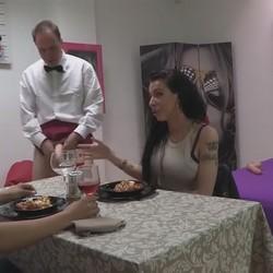 La tatuadora sumisa y el latino calentorro. Otro First FAKings con Debora y Kike