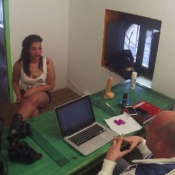 Gitanita de 18 años viene a grabar porno. Kandy se estrena con Jordi