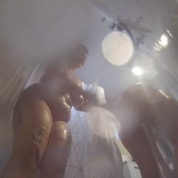 Maria Bosé y Cristinita Greey, cazadas jugando en la ducha.