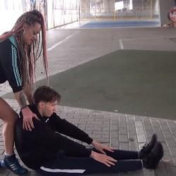 Ronda Strong, la personal trainer que pretende  calzarse a uno de sus alumnos.