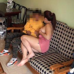 Por fin llega el chico del 24 horas y Yasmina no tarda en mostrar sus intenciones.