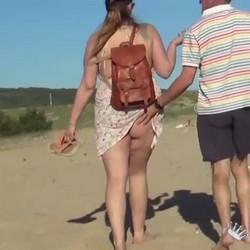Mi marido me busca en la playa nudista una buena polla joven y dura. -Hola chico joven, ¿te follas a mi mujer?