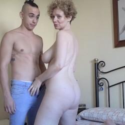 Merce recibe en su casa a Sr. Dicky (su marido no está), la madura de gigantísimas TETAZAS a la que le encanta follar con yogurines