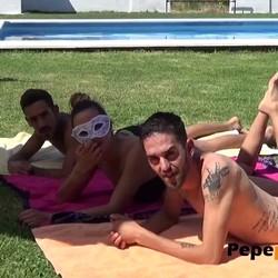 Lo que bien empieza... bien acaba: un trio en la piscina acaba en orgia.