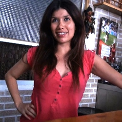 Camarera de bar de barrio quiere un sobresueldo. Daniela se pasa al lado oscuro y descubre la sodomia