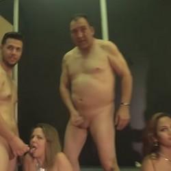 Nuestras dos viciosillas reciben las corridas de nuestros tres chicos. Fiesta de lefa en el Salon Erotico de Madrid