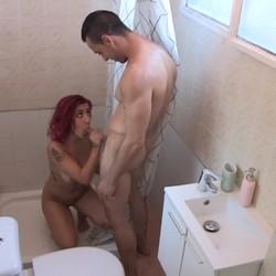 Cazamos a Ada en la ducha, despues de un GANG BANG, aún tiene ganas de polla.