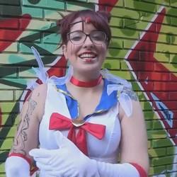 Eva, chica friki y adicta a los video juegos, cambia a Sailor Moon por un buen polvazo