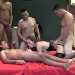 Betty en su PRIMER GANG BANG... 6 maromos y su novio follandola
