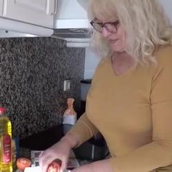 Fina prepara un buen sandwich de salami para el pichón que va a tirarse.