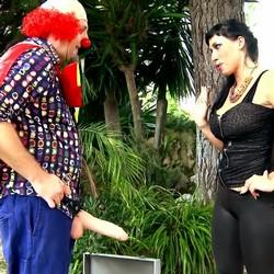 Terry se disfraza de payaso Pitiklin en la fiesta de Suhaila Hard y la muy depravada se lo folla.