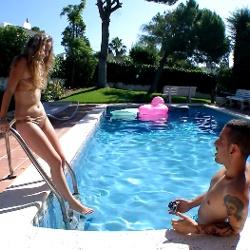 Cerderias con Africa. A una de nuestras pijas favoritas nos la follamos en la piscina