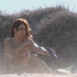 Playa repleta de mirones y Annbeth se pajea para todos ellos