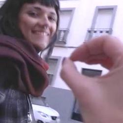 Con un dilatador en el culo, Vivi se pasea por las calles de Madrid preparando su estreno anal