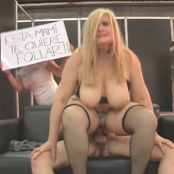 Musa ya ha encontrado quien la folle ! Sexo improvisado en el Salon Erotico de Madrid con una increible Milf