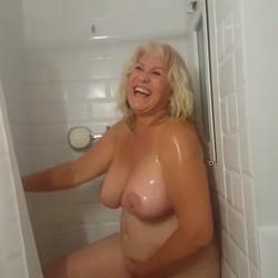 Nos duchamos con la Señora Fina. La gusta sentirse observada.