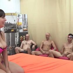 5 maromos se follan a pelo a Nefry, una chica Youtuber, Gamer, freak y muy cerda. CUMPLIMOS SU FANTASÍA
