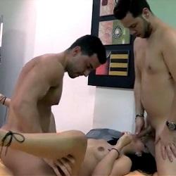 La primera vez que Bianca se folla a otro que no es su marido, termina por hacer su primer trio