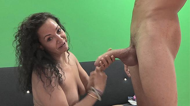 Un día en la vida de una chica que viene a debutar en el porno: Aisha prueba el superabo de Coto. - foto 1