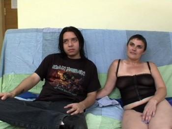 Ana Torroja, madrileña de 41 años ha venido a enseñar a follar al amigo de su hijo. Impresionante lección de sexo aqui