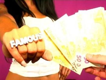 Pone hasta cachondo al comercial de telefonía, Claudia Sanchez lo borda en -la llamada-