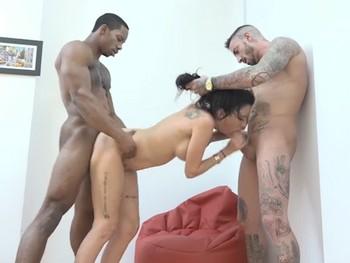 Se folla a un negro delante de su novio y el cornudo entra en accion. Trio interracial