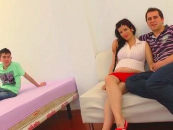 Embarazada en venta: el niño polla goza con la futura mamá. Le acaba PETANDO EL CULO. Hemos hecho buena compra ;)
