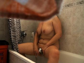 Pillada en la ducha a una amiga de mis padres mientras se masturba
