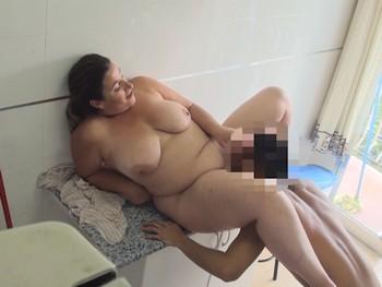 Una comida de coño a Mayra, la ama de casa aburrida que se folla al hijo de sus vecinos