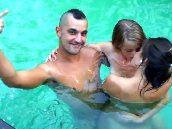 De fiesta con mis amigos en la piscina. Estrella y Raúl han visto mi vídeo :-)