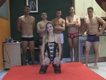 Betty Hot se monta un Gang Bang con 6 maromos, incluido su novio