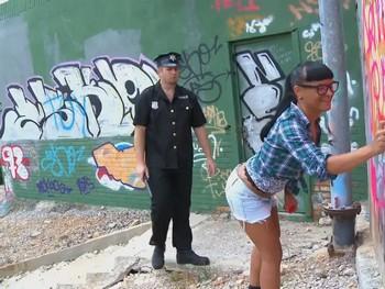 La grafitera Jenny y el policia cabron. Desmadre porno en medio de la calle