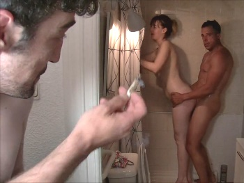 A la caza de Denise. La pillamos en la ducha y nos la follamos por detrás!