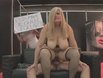 Musa ya ha encontrado quien la folle ! Sexo improvisado en el Salon Erotico de Madrid con una increible Milf