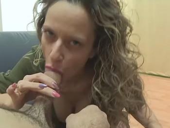 Las mamadas de Helena y sus miradas que derriten. Sexo oral con una experta del vicio