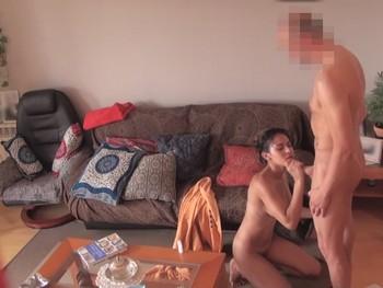 Katia se agarra a la brocha del pintor y no para ni un momento de mamar